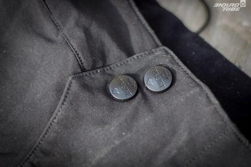 Deux boutons pressions et une fermeture éclair assure la fermeture.