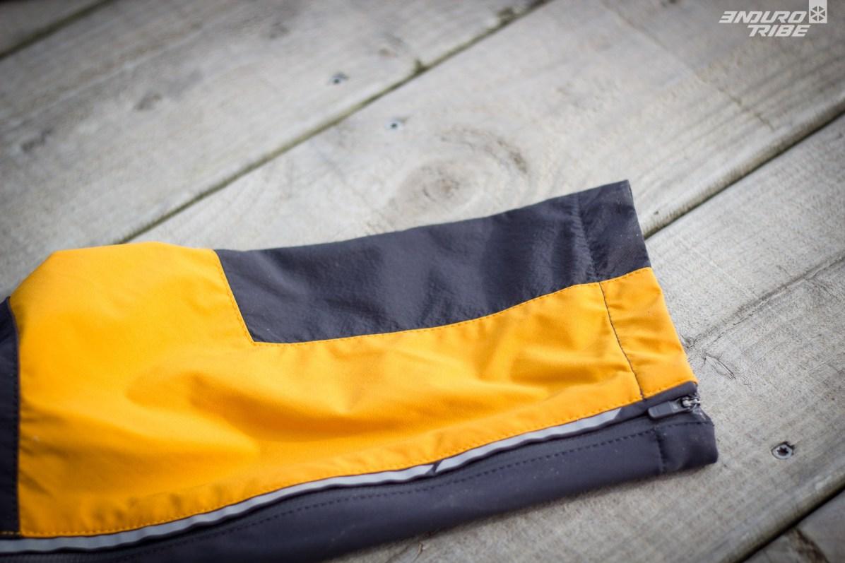 Matière renforcée contre l'abrasion en bas des jambes. Une fermeture éclair permet d'élargir le bas grâce à une doublure.