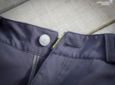 C'est le seul du panel à proposer un bouton de ce type, comme un jean. C'est un détail, pas du tout un inconvénient.