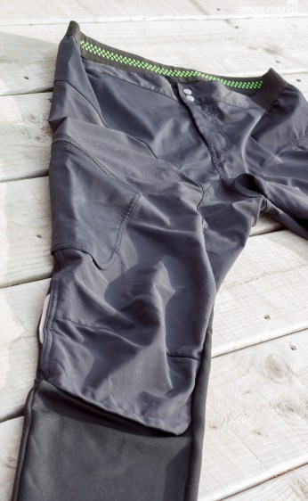 """Le pantalon est entièrement en Windstopper, d'ailleurs bluffant d'efficacité contre le vent, mais une doublure plus robuste et déperlante en forme de short assure un minimum de protection sur l'avant. L'espace entre les deux fait office de ventilation. D'où le nom """"2in1"""" ! Dommage que les fesses en Windstopper ne résistent pas à l'eau très longtemps."""