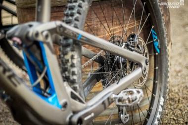 Elles déterminent le débattement disponible à la roue arrière, sans influer en quoi que ce soit sur la géométrie du vélo, en statique : 140, 150, 160 ou 170mm.