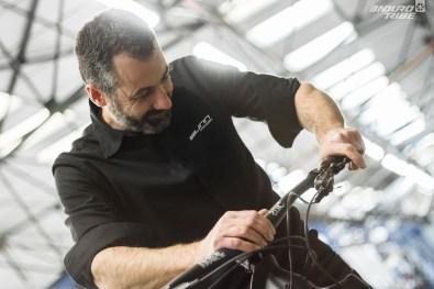 À ses côtés, Elie Beauvais - Designer cadre lui aussi - fait partie des meubles lorsqu'il s'agit de parler d'ingénierie et de production d'un vélo. L'expérience est là.