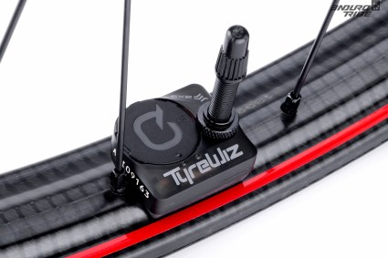Pour le reste, la marque fait partie du groupe SRAM, qui détient aussi Quark et ses produits électroniques innovants. Les Zipp 3Zero Moto sont donc d'origine livrées avec le TyreWiz, qui sert à contrôler la pression des pneus.