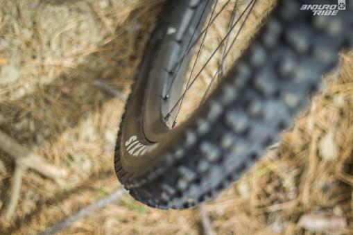 Côté pneus, le Lapierre eZesty fait appel à des Maxxis Wide Trail en 2.5 pouces de section, montés sur jantes de 33mm entre crochets, qui procurent un ballon important de 60mm de largeur de flanc à flanc.