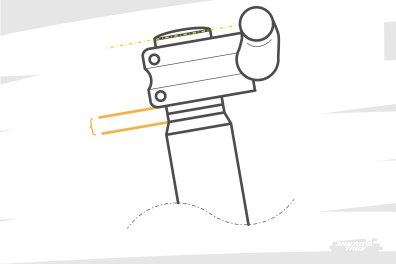 Au dessus de la douille, et de la coupelle qui recouvre le jeu de direction, les entretoises sur lesquelles reposent la potence. Pour faire simple : en ajouter ou en retirer permet de jouer sur le stack perçu par le pilote. Mais parfois, la longueur du pivot de fourche, coupé court, ne permet pas une grosse marge de manoeuvre.