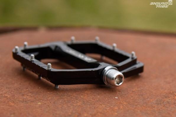 L'habituelle empreinte hexagonale de 8mm prend place dans l'axe. Ici, pas de clé plate de 15mm pour serrer les pédales. Il n'y a pas le choix !