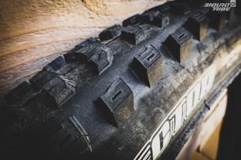 """Signe de son appartenance à la """"nouvelle"""" vague de pneus Maxxis, le Dissector fait usage de crampons """"entaillés"""" à plusieurs endroits. Un détail qui doit permettre à l'ensemble de se déformer un petit peu plus que certains crampons massifs auxquels la marque nous a habitué."""