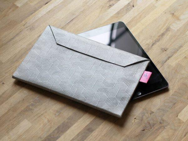 Dünnes Tablet Cover als Briefumschlag – Papier grau