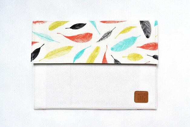 Tablet Sleeve aus Handarbeit –Muster mit Federn