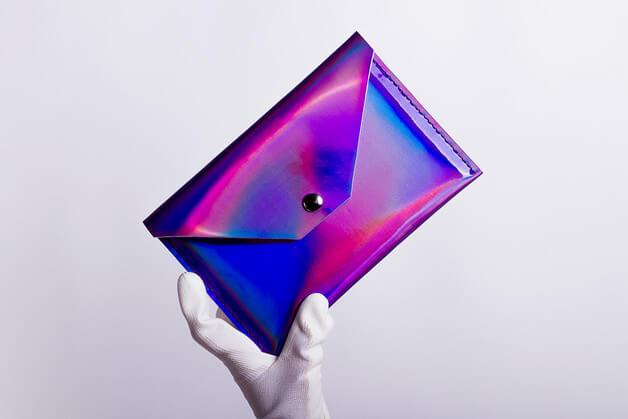 Tablet-Hülle mit holographischem Effekt – schimmert lila