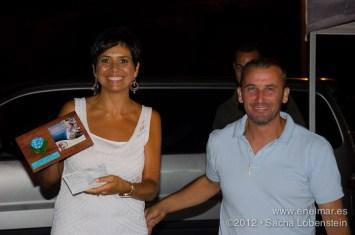 20120721 2202 - enelmar.es - Chary recogiendo el trofeo en nombre de Mundi y Abi