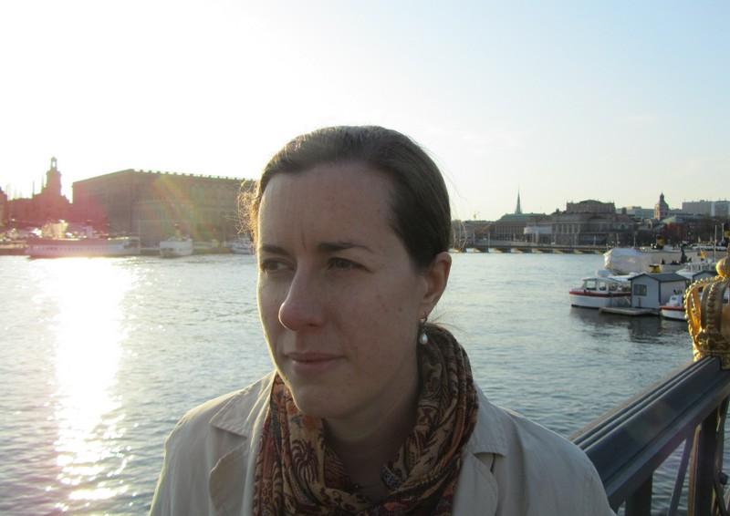 En Emilia på promenad i Stockholm