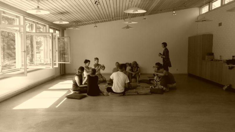 Lugnt yogaretreat vi gör malas i yogasalen