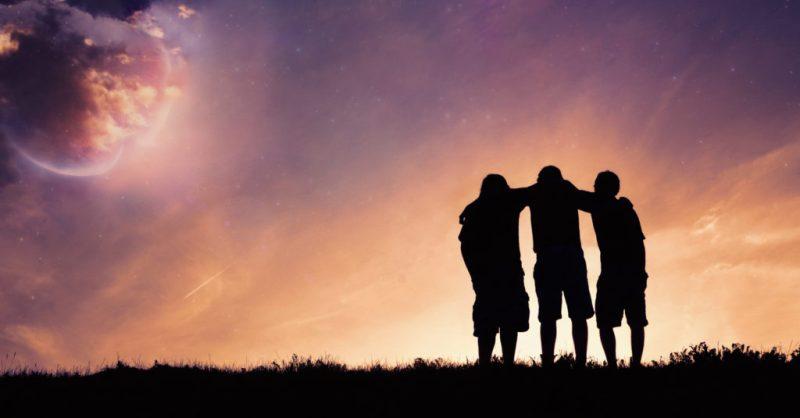 leva enklare - få tid till relationer, bild på tre kompisar i solnedgång