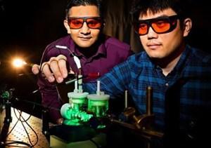 Profesor chemie Prashant Jain (nalevo) a postgraduální výzkumník Sungju Yu vyvinuli proces umělé fotosyntézy, který přeměňuje přebytečný oxid uhličitý na hodnotná paliva, čímž přivádějí zelenou technologii o krok blíže uskladnění sluneční energie ve velkém měřítku.