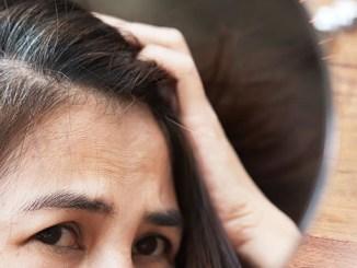 Šedivění vlasů: Zpomalte jej přírodní cestou.