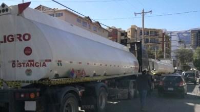 Photo of Cisternas y camiones con garrafas de GLP salen de Senkata rumbo a La Paz