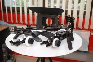 No todo el mundo puede costearse un sistema de estativo, matte box y follow focus  Fuente: http://studiopro-simus.blogspot.com.es/