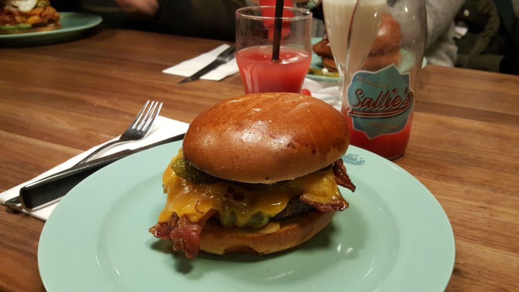 Sallies_Snackbar_burger
