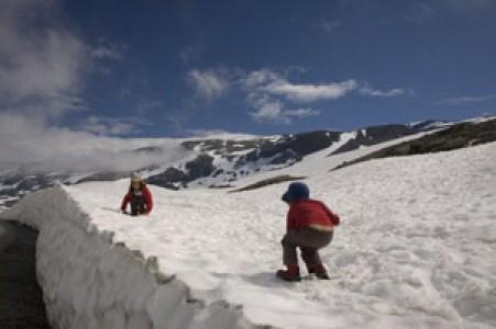 bataille boule de neige en norvège avec enfant