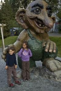 enfants-en voyage et-troll-en-bois-géant-Norvège