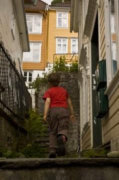enfant-dans-ruelles-étroites-et-maisons-colorées-à Bergen-Norvège