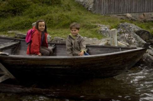 enfants-dans-barque-Norvège voyage en famille