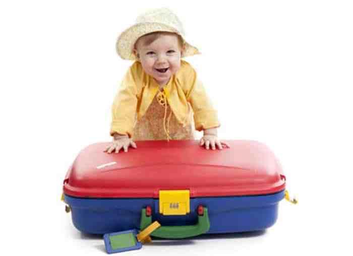 voyage en famille avec bébé et valise