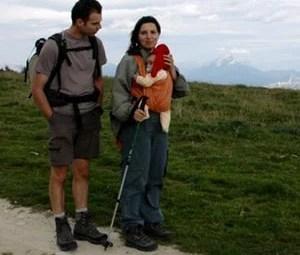 randonneur-avec-bébé-en-écharpe-de-portage