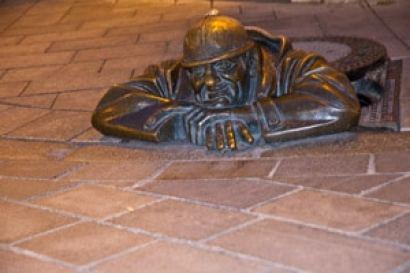 Statue-le-voyeur-Bratislava-vacacnes-en-famille