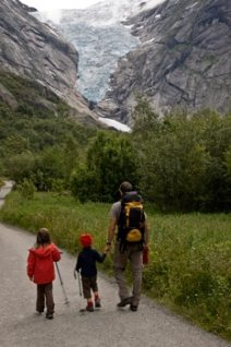 randonneurs-enfant-et-homme-au-glacier-Briksdalbreen-Norvège