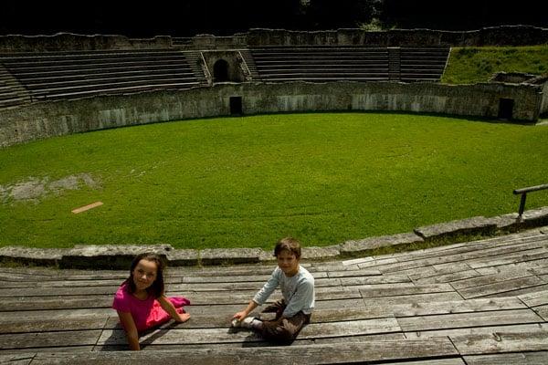 Suisse-voyage-enfant-famille-martigny-visite-amphithéâtre