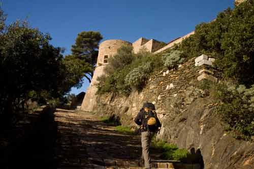 Fort-de-l'Estissac-et-randonneur-sur-île-Port-Cros