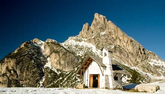 dolomites chapelle neige italie