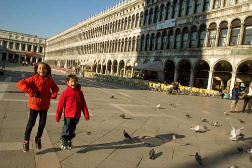 enfant en vacances sur place saint marc à Venise
