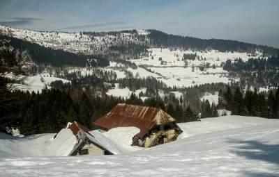massif-des-bauges-neige-chalet