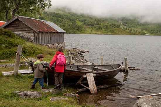 norvège-enfant-lac