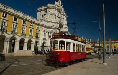 tram-rouge-sur-place-du-Commerce-Lisbonne