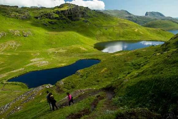 randonneurs-enfant-lac lofoten-norvege