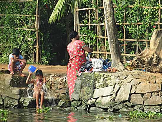 famille-en-inde-au-bain
