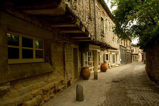 visiter-carcassonne avec-enfants-ruelles