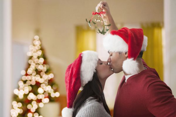 9-couple-kissing-under-mistletoe-w724