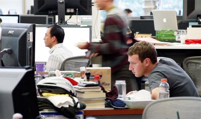 مارك يعمل على مكتبه مع الاخرين
