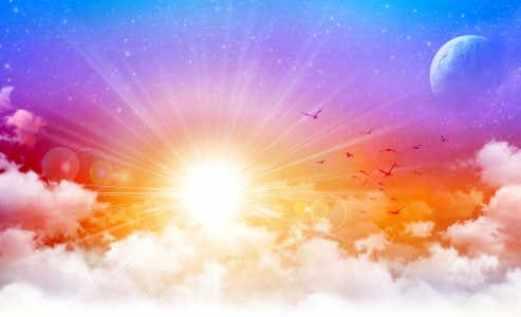 Jenseitskontakte Engelmedium Daniela Himmel mit Wolken Sonne und Mond