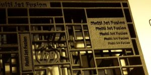 Auch feine Schriften - das Schriftfeld rechts oben ist real etwa 1,5 Zentimeter hoch - löst der Jet Fusion 3D sauber auf.