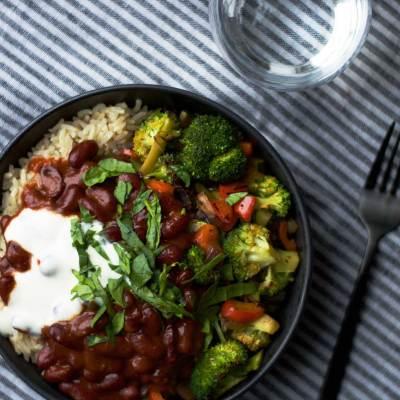 Ris, stegte grøntsager og chili beans
