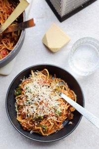 Nem hverdagsret: One-pot-pasta med fuldkornspasta og grønne linser