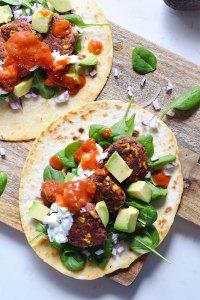 Mexi-deller med bønner, majs og tomat