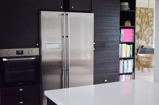 sort køkken amerikaner køleskab