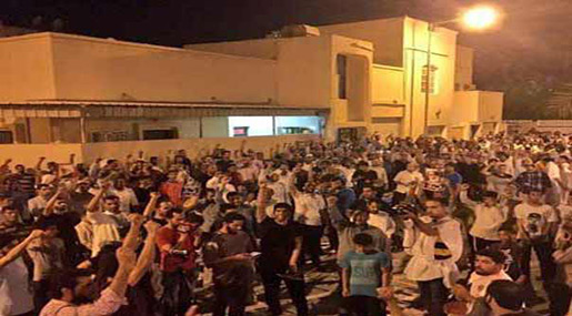 Protesters outside Ayatollah Qassim's residence